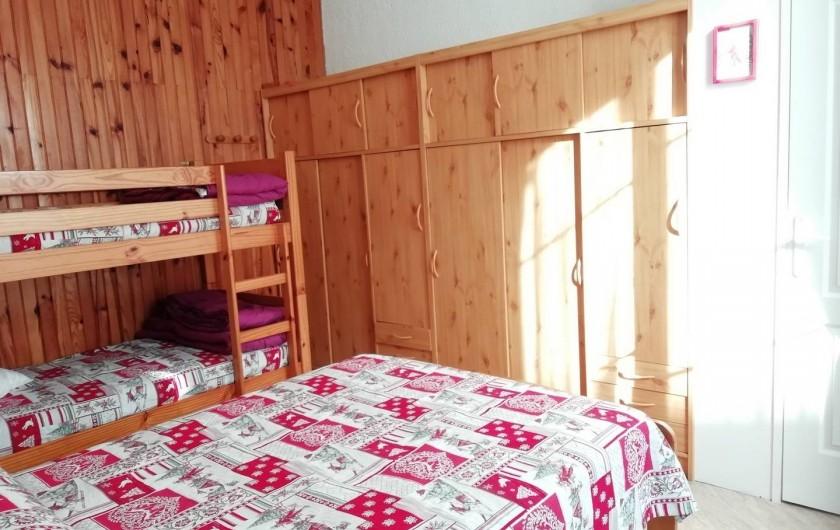 Location de vacances - Appartement à Le Mont-Dore - Chambre lit de 2 pers. 2 lits superposés 1 pers. Grande armoire de rangement.