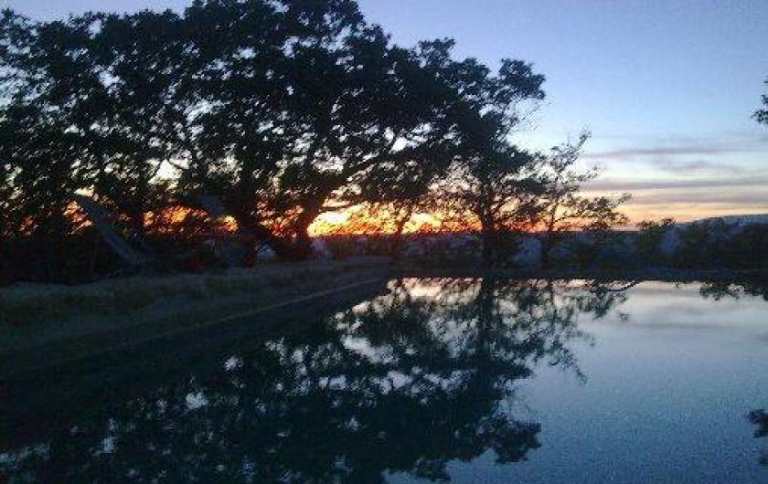 Location de vacances - Villa à Saignon - coucher de soleil sur la piscine