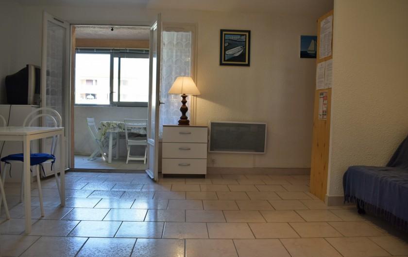 Location de vacances - Appartement à Saint-Aygulf - Appartement Saint-Aygulf (Var). Séjour donnant sur loggia