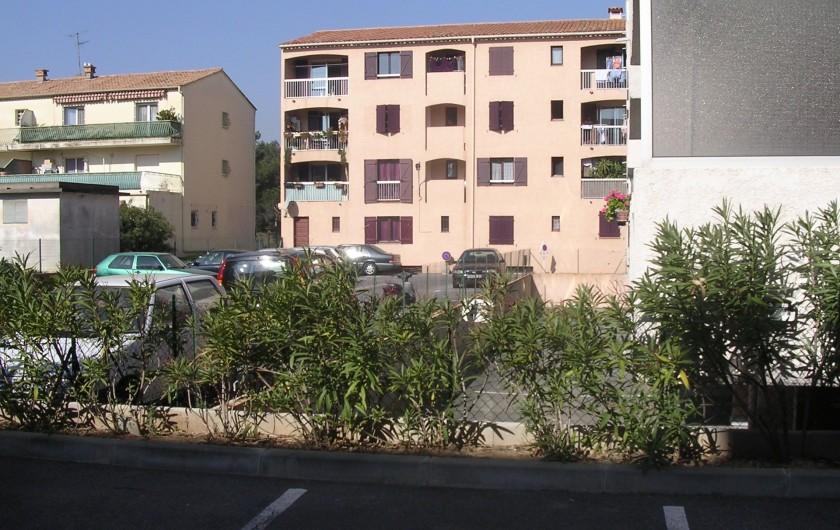 Location de vacances - Appartement à Saint-Aygulf - Vue Loggia vers cours intérieure et parking