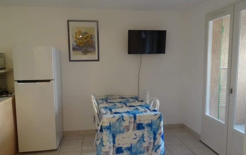 Location de vacances - Appartement à Saint-Aygulf - Séjour et TV murale accès loggia