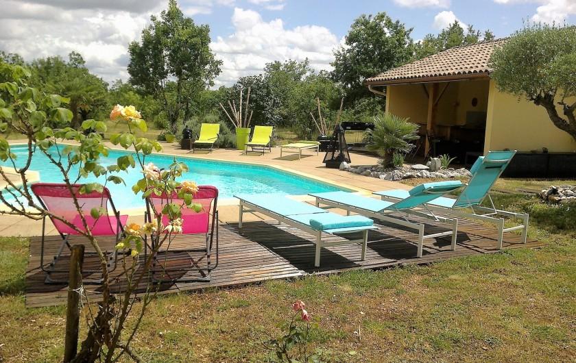 Location de vacances - Villa à Lalbenque - Transats autour de la piscine