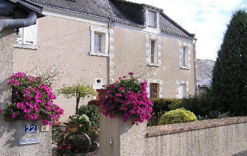Location de vacances - Studio à Saint-Aubin-de-Luigné - Façade maison depuis l'entrée propriétaire