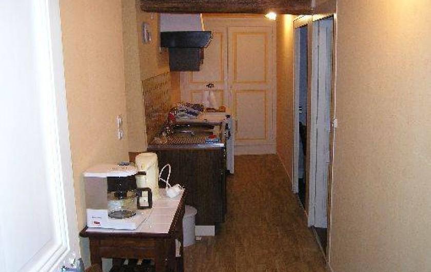 Location de vacances - Studio à Saint-Aubin-de-Luigné - Couloir/cuisine (vue depuis l'entrée)