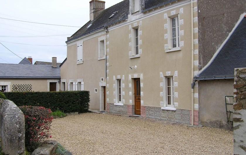 Location de vacances - Studio à Saint-Aubin-de-Luigné - Studio au 1er étage (2 fenêtres). Entrée au pied de la haie. Parking voiture.