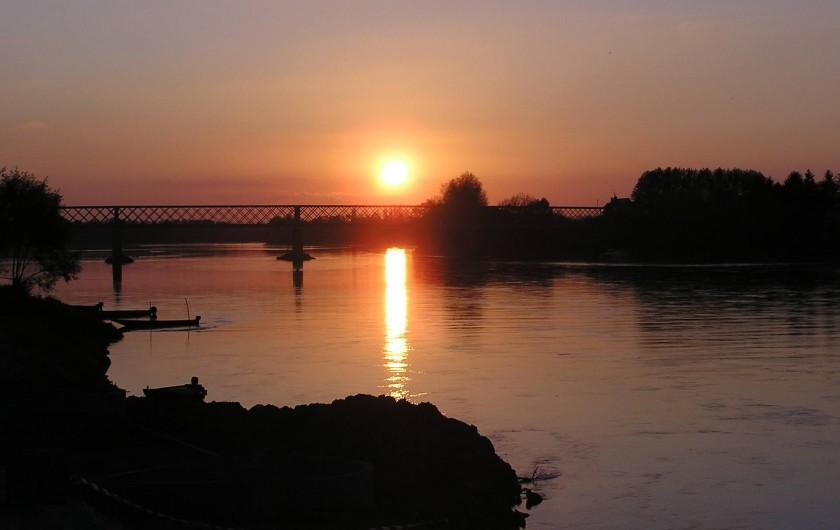 Location de vacances - Studio à Saint-Aubin-de-Luigné - Coucher de soleil sur la Loire