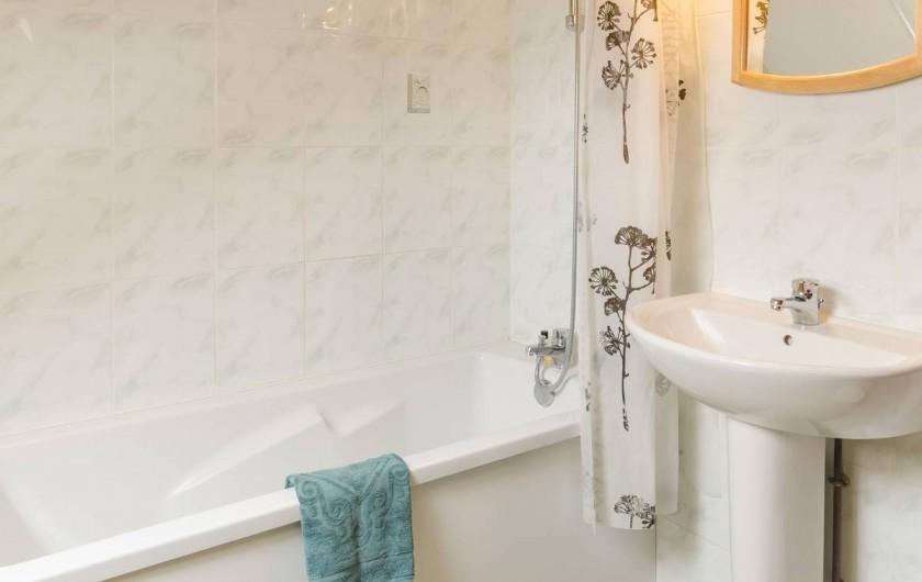 Location de vacances - Gîte à Baroville - Salle de bain avec wc d'un côté de l'étage