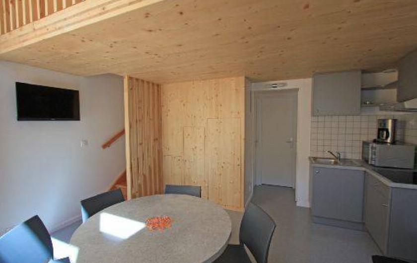 Location de vacances - Chalet à Xonrupt-Longemer - Eco-Lodge séjour vue sur cuisine