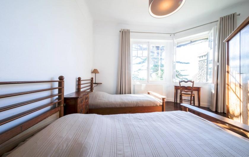 Location de vacances - Villa à Dinard - Chambre 2 - Lits 90 cm x 2