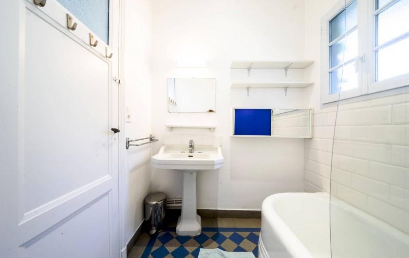 Location de vacances - Villa à Dinard - Salle de bain n° 2 Baignoire / Douche