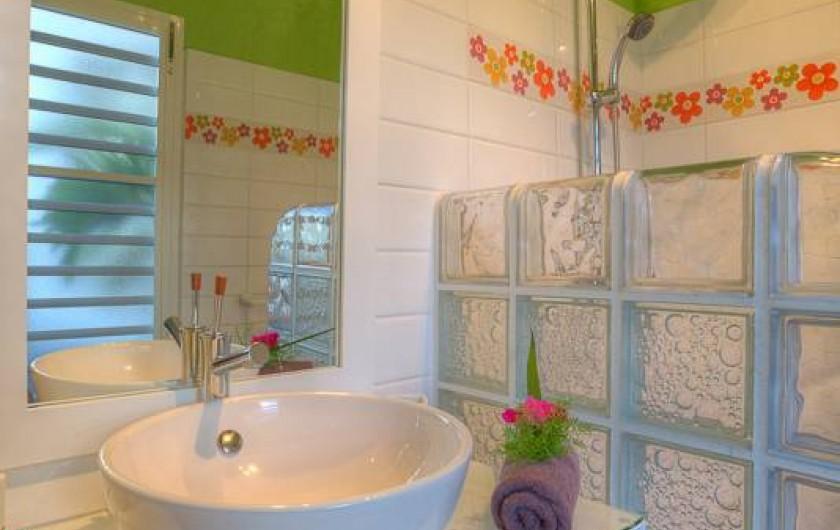 Location de vacances - Villa à Sainte-Anne - Salle d'eau chambre rose