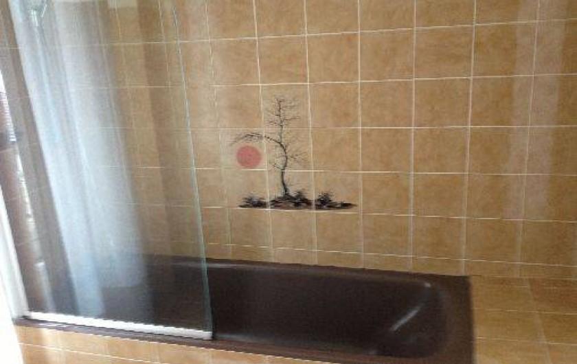 Location de vacances - Appartement à Pontgibaud - salle de bain baignoire