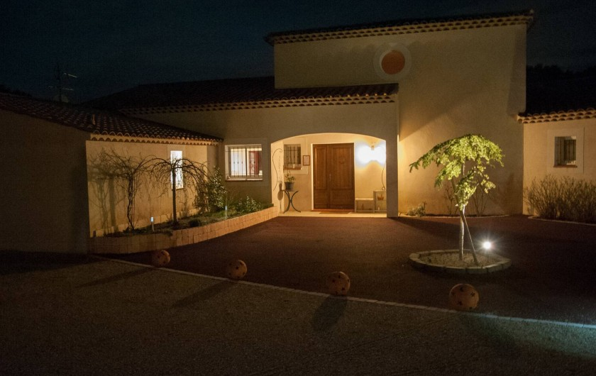 Location de vacances - Chambre d'hôtes à Lorgues - Entrée du Mas Pinède la nuit