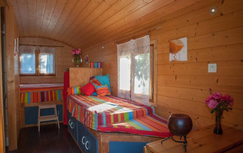 Location de vacances - Chambre d'hôtes à Lorgues - Roulotte avec 1 lit double et 1 lit simple