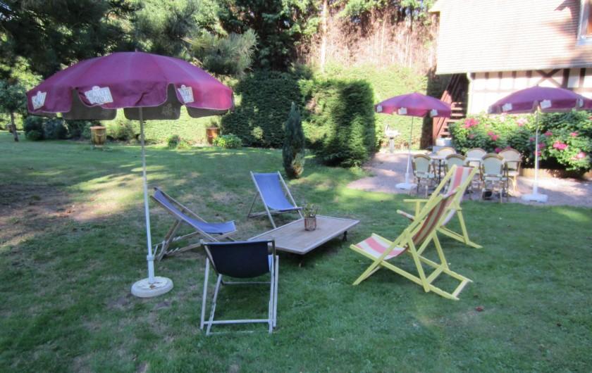 Location de vacances - Appartement à La Rivière-Saint-Sauveur - salon de jardin et chaises longes et barbecue