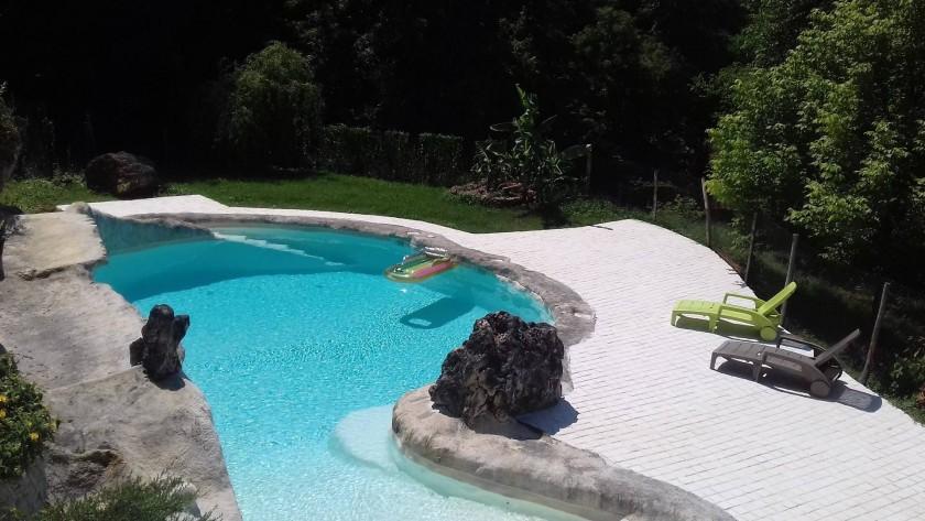 piscine creusée dans la roche (profondeur grand bain 2m)