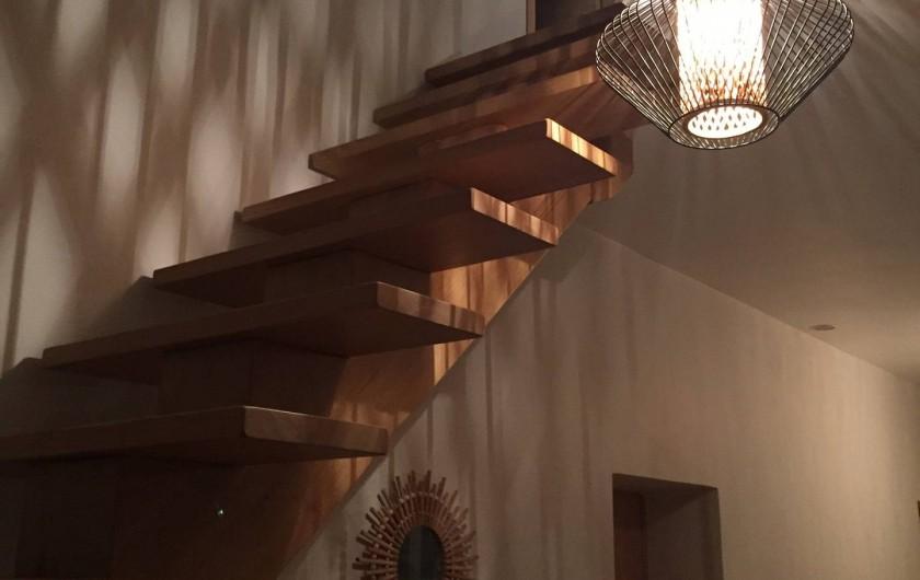 Location de vacances - Mas à Lagorce - escalier menant à l'étage desservant 2 chambres et une sdb