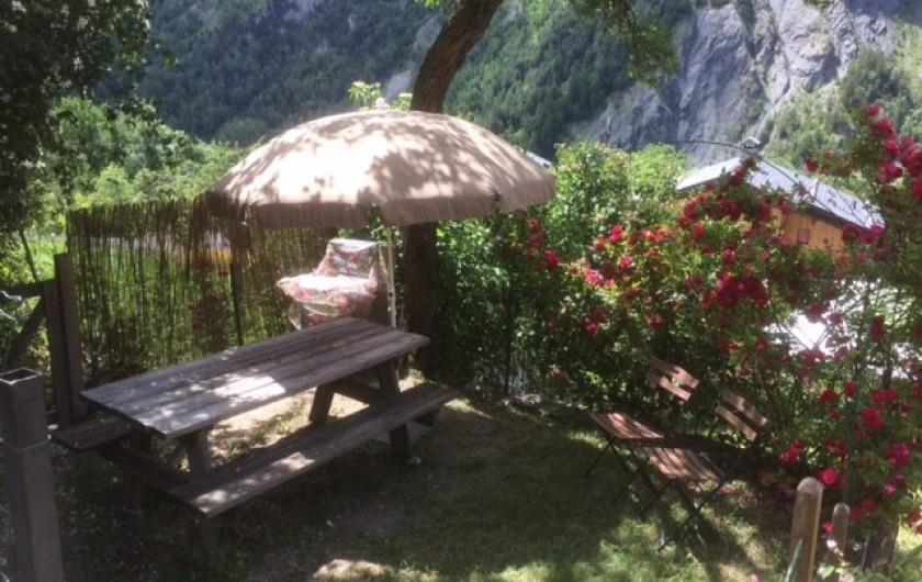 Location de vacances - Chalet à Les Varcins - Terrasse ombragée (2)
