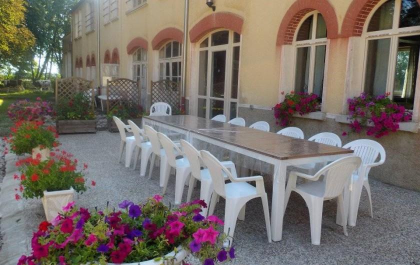 Location de vacances - Chambre d'hôtes à Les Maillys - la terrasse l'été