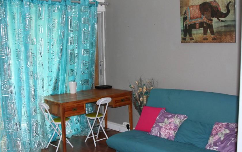 Location de vacances - Studio à Le Moule - Bureau pour les correspondances. Canapé-lit avec assise très agréable.
