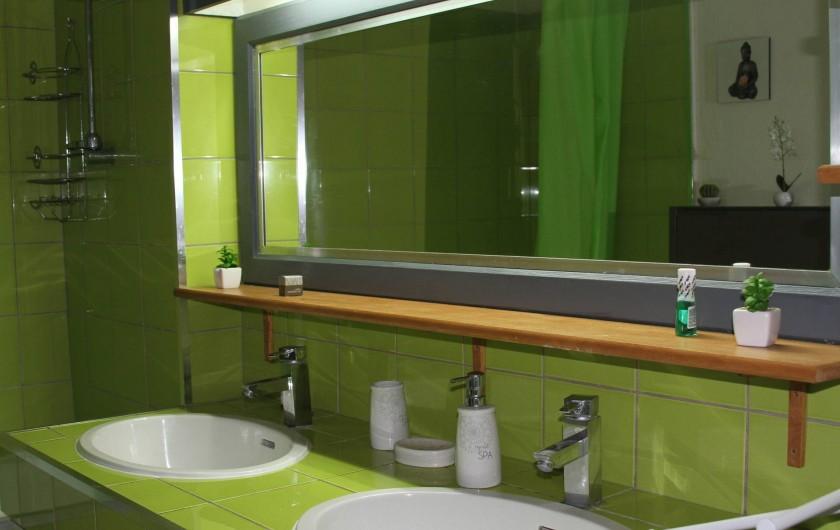 Location de vacances - Studio à Le Moule - Large miroir pour se préparer et double lavabo