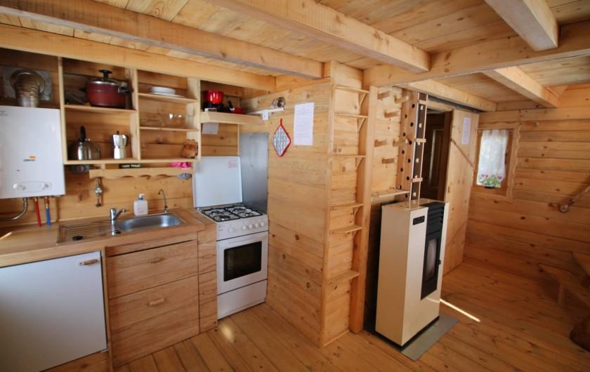 Location de vacances - Cabane dans les arbres à Bellecombe - Coin cuisine,  chauffe eau instantané  et cuisinière propane, frigo, évier.