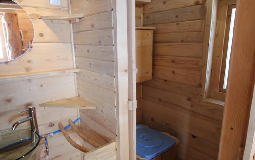 Location de vacances - Cabane dans les arbres à Bellecombe - Lavabo et toilette sèche