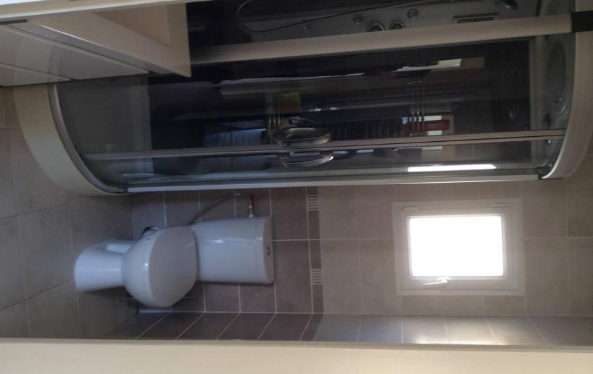 Location de vacances - Chalet à Saint-Martin-de-Brômes - salle d'eau avec WC