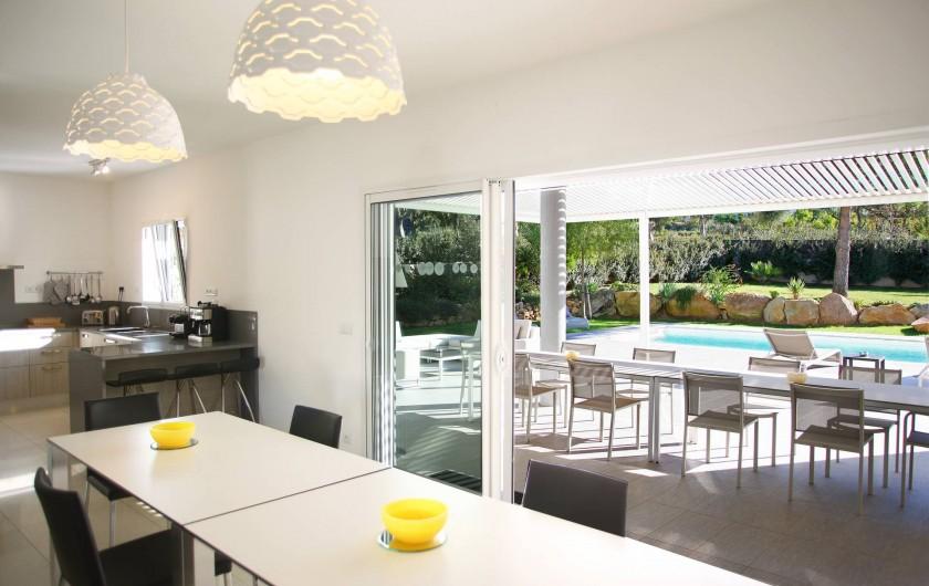Location de vacances - Villa à Calvi - Salle à manger, cuisine ouverte avec accès direct à la terrasse et la piscine