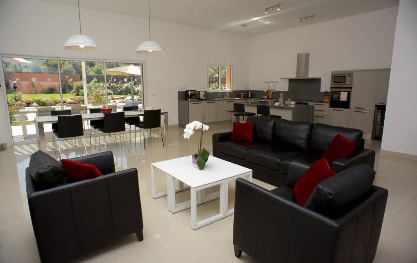 Location de vacances - Villa à Calvi - Salon - Salle à manger avec cuisine ouverte et vue piscine et  montagnes