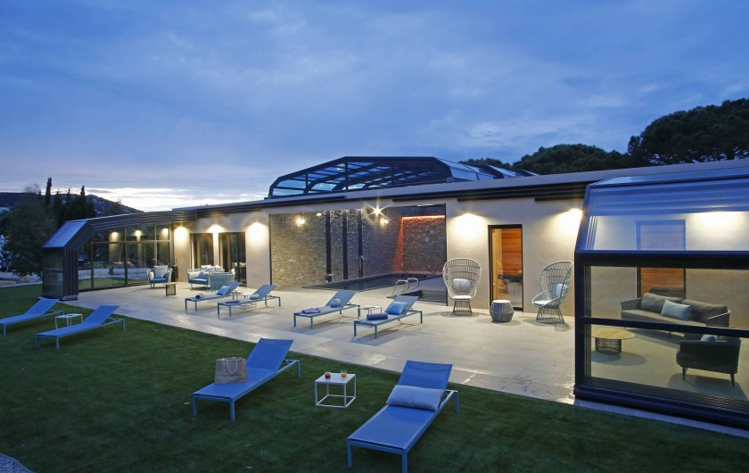 Location de vacances - Villa à Calvi - SPA Villas Mandarine - Verrière sous le coucher de soleil de Calvi