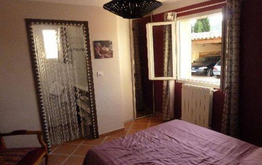 Location de vacances - Villa à Pélissanne - Chambre rdc avec sa douche et lavabo Lit 160