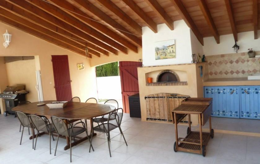 Location de vacances - Villa à Pélissanne - La terrasse  et son four à pizza  et barbecue plancha