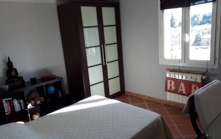 Location de vacances - Villa à Pélissanne - chambre sud est vue sur piscine lit  Lit 140