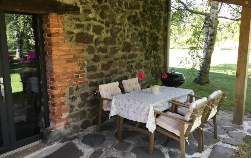 Location de vacances - Gîte à Vailhac - terrasse avec barbecue