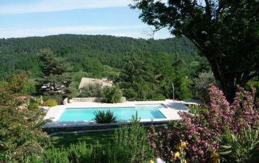 Location de vacances - Appartement à Mercuer - vue de face de la terrasse