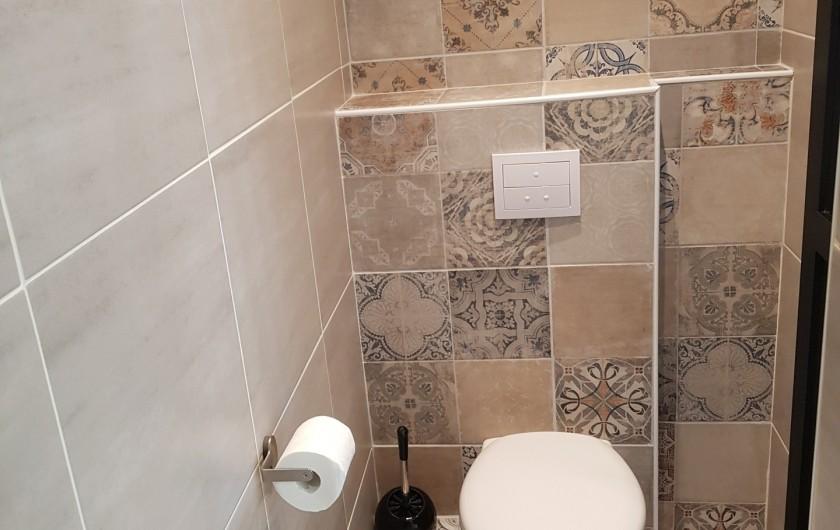 Location de vacances - Appartement à Saint-Montan - Acampadis -WC salle de bain