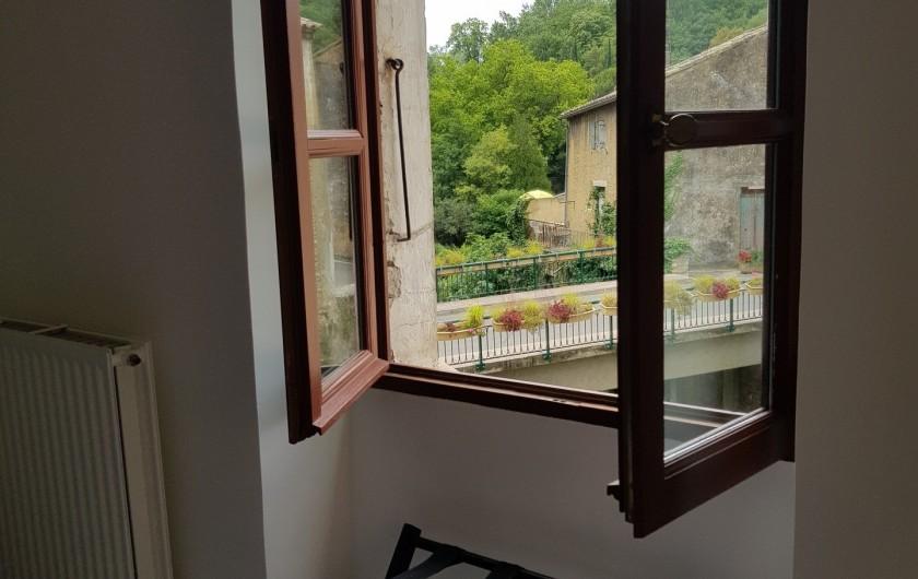 Location de vacances - Appartement à Saint-Montan - vue sur la place du pont- saint Montan