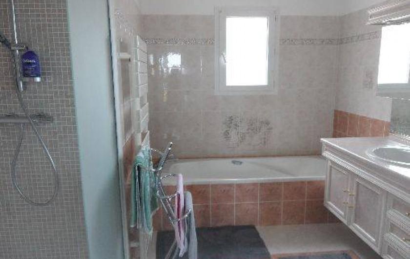 Location de vacances - Villa à Les Issambres - salle de bains de la chambre parentale avec douche,  baignoire et wc