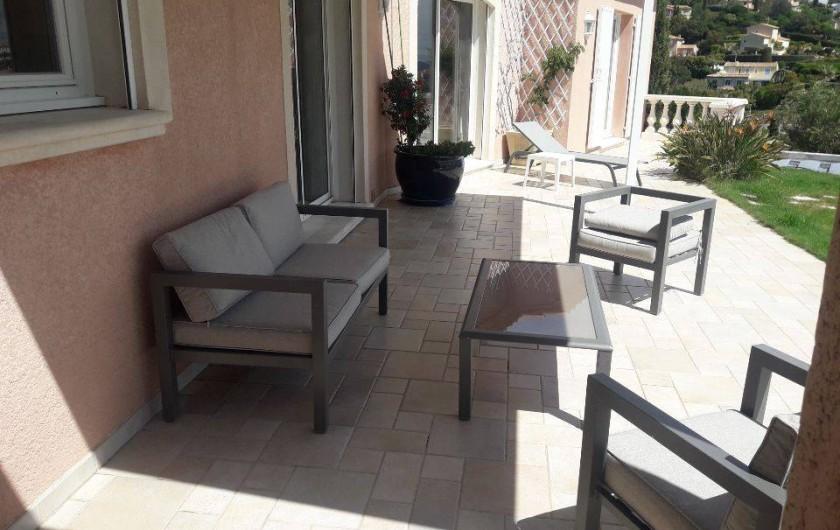 Location de vacances - Villa à Les Issambres - coin salon extérieur