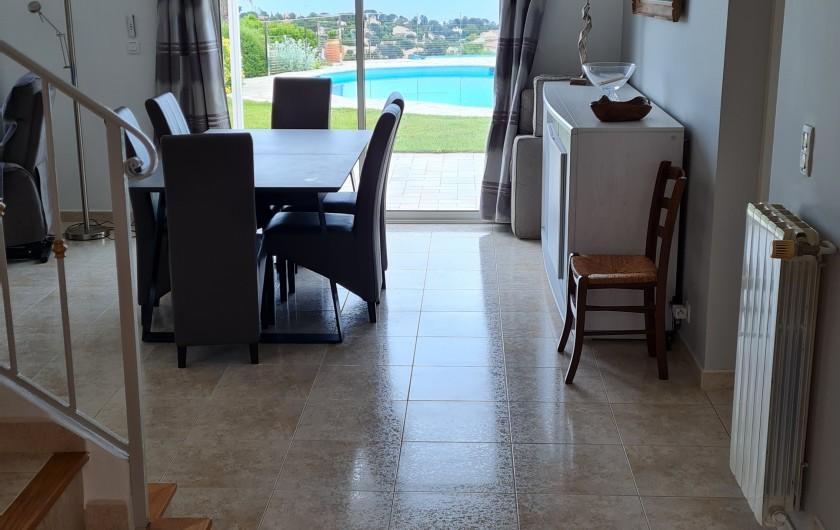 Location de vacances - Villa à Les Issambres - accès piscine marches faible hauteur sur côté, 3 plages ds l'eau pr enfants