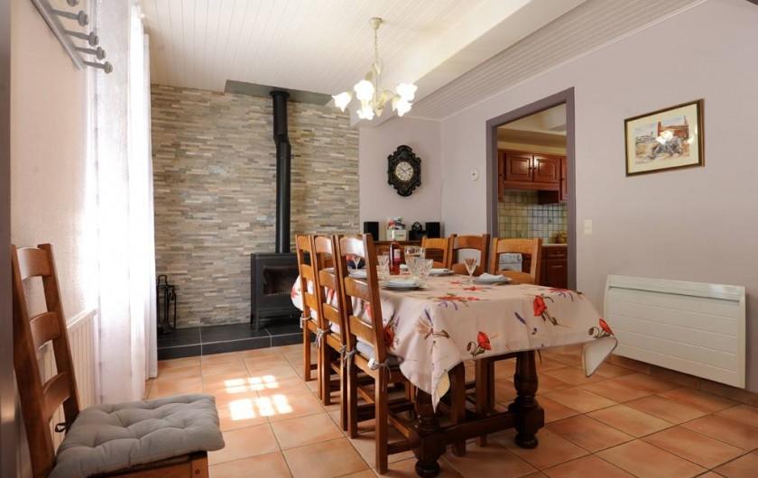 Location de vacances - Gîte à Rigarda - la salle à manger et son poêle à bois