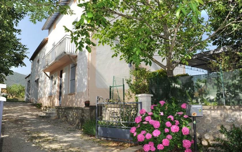 Location de vacances - Gîte à Rigarda - l'entrée du  mas et sa cour privative