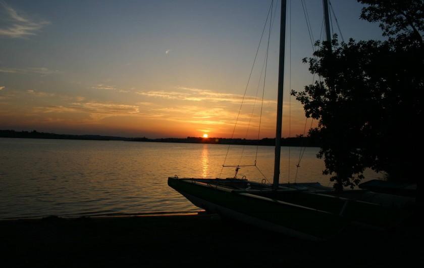 Location de vacances - Camping à Salles-Curan - coucher de soleil sur le lac de pareloup au camping beau-rivage Aveyron
