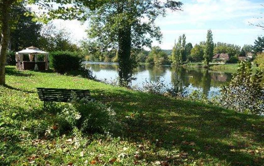 Location de vacances - Gîte à Badefols-sur-Dordogne - Jacuzzi discrètement situé dans le jardin