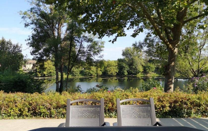 Location de vacances - Gîte à Badefols-sur-Dordogne - Autre vue de la terrasse de LA LONGERE