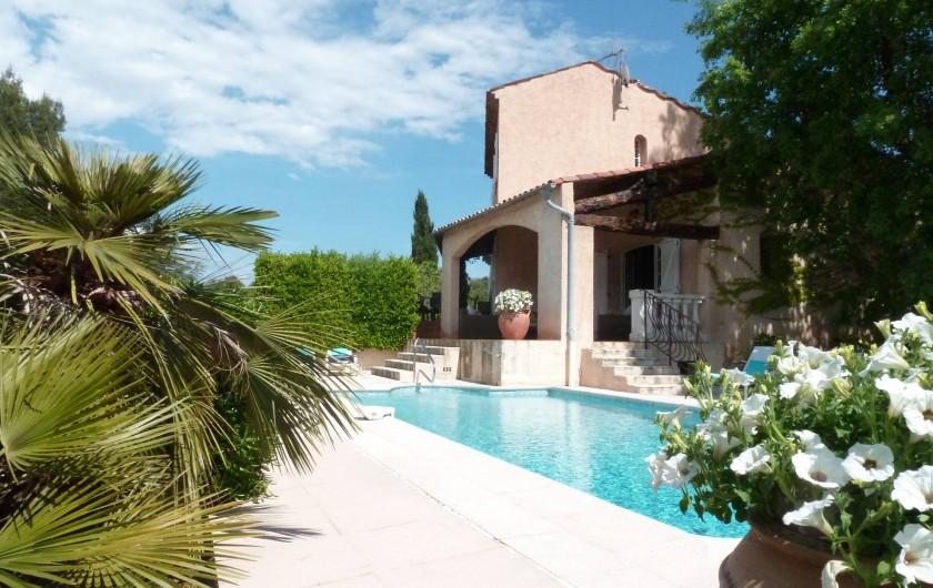 Location de vacances - Villa à Peymeinade - vue piscine et terrasse couverte