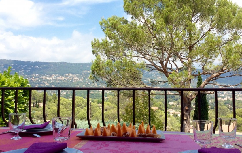 Location de vacances - Villa à Peymeinade - terrasse devant cuisine