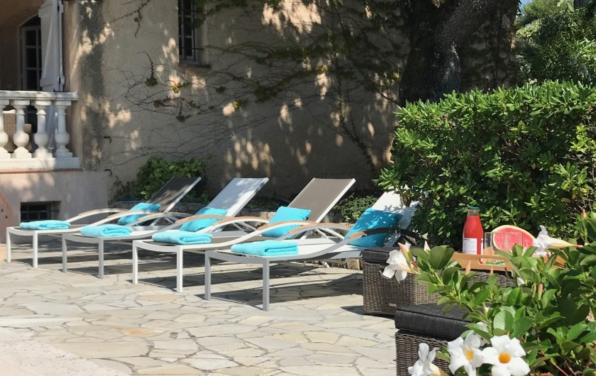 Location de vacances - Villa à Peymeinade - terrasse piscine