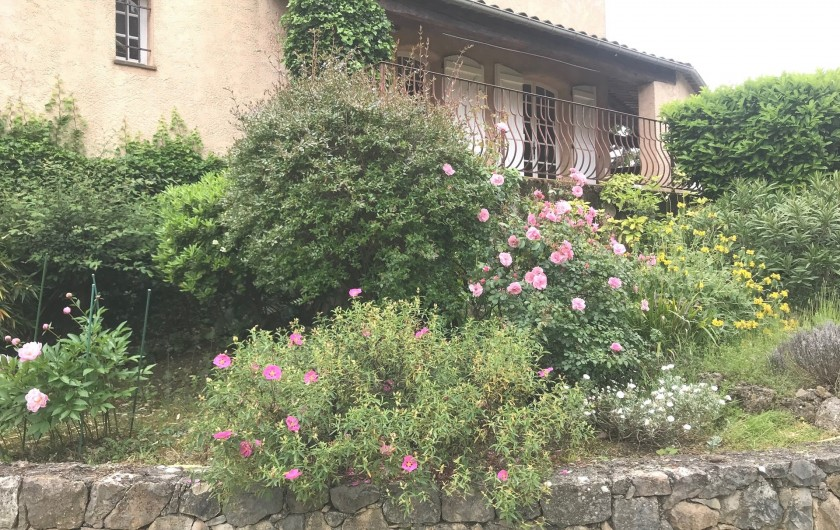 Location de vacances - Villa à Peymeinade - vue villa depuis le parking